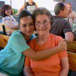 Herzliche Umarmung Altenpflegerin